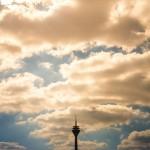Der Düsseldorfer Rheinturm in seiner vollen Pracht