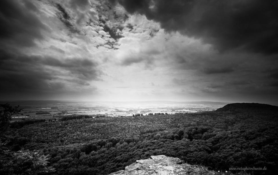 Blick von der Teufelskanzel des Hohensteins auf den Süntel und das talwärts liegende Weserbergland