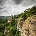 """Den besonderen Anziehungspunkt am Hohenstein bildet die 40 m hohe Kalksteinwand mit den prägnanten Felskanzeln """"Hirschsprung"""", """"Teufelskanzel"""" und """"Grüner Altar""""."""